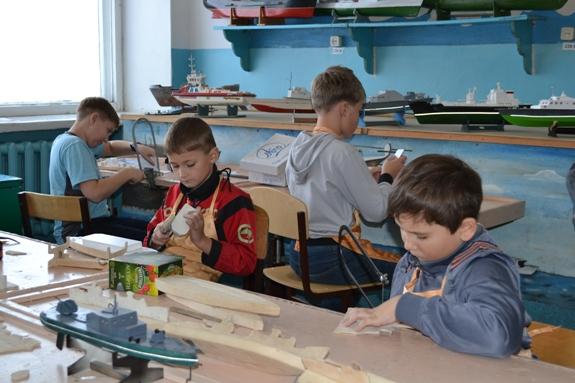 Школьники на секции дополнительного образования по конструированию