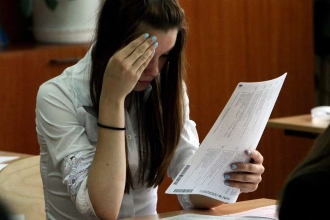 Девушка думает над экзаменационными вопросами