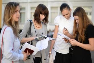 Студентки изучают результаты экзамена