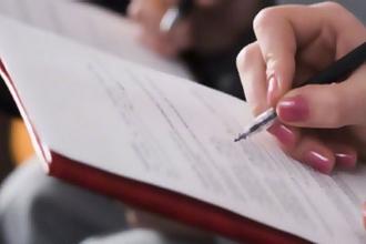Девушка заполняет документ