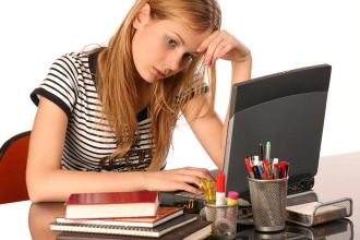 Задумчивая девушка за компьютером