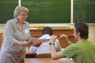 Учитель и ученик перед началом экзамена