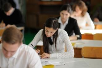 Выпускники 11 класса пишут сочинение