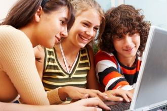 Старшеклассники занимаются за компьютером