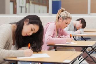 Девушки пишут контрольную работу