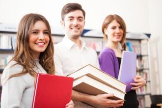 Группа школьников с книгами