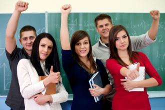 Группа старшеклассников у школьной доски