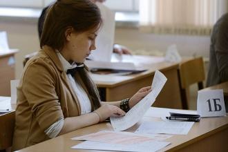 Девушка изучает экзаменационные вопросы