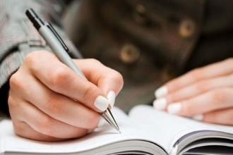 Выпускник пишет сочинение ЕГЭ