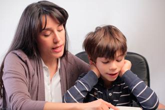Ребенок занимается с тетей-репетитором