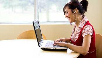 Девушка учится в колледже дистанционно