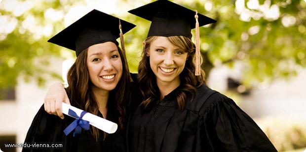 Студентки с дипломом