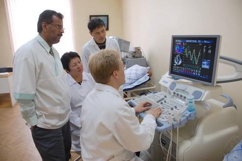 Медики смотрят в монитор аппарарата