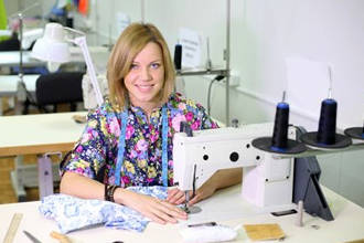 Девушка рядом со швейной машиной