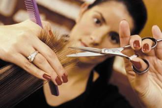 Девушка стрижет кончики волос