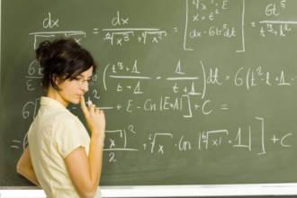 Женщина решает математические уравнения у доски