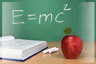 Формула из физики написана на доске