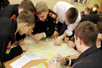 Ученики изучают карту мира