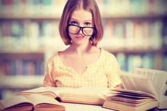 Девушка изучает учебную литературу