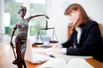 Девушка-юрист работает с бумагами