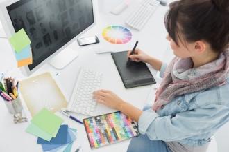 Девушка-дизайнер работает над проектом