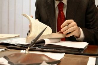 Юрист изучает документы