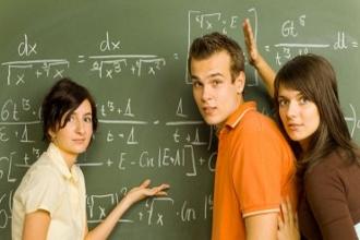 Ученики старших классов возле школьной доски