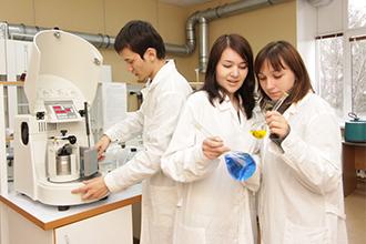 Агрономы в химической лаборатории