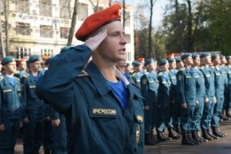 Военный отдает честь