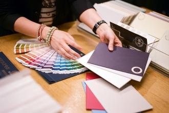 Дизайнер показывает раскладку цветов клиенту