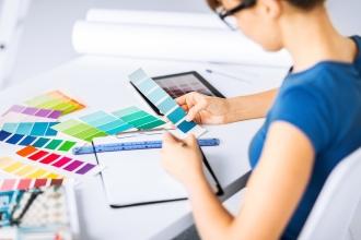 Дизайнер подбирает цветовую гамму для интерьера