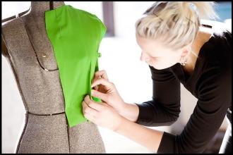 Дизайнер одежды за работой