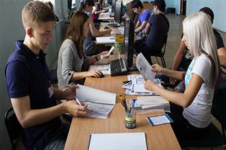 Абитиенты подают документы в медицинский колледж