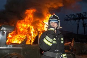 Пожарный разговаривает по рации