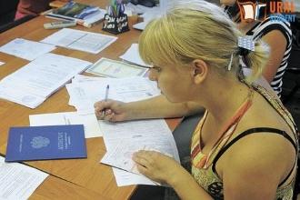 Девушка заполняет анкету для поступления в университет