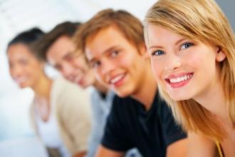 Группа улыбающихся молодых людей