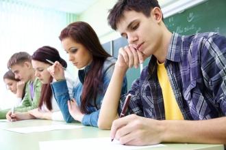 Будущие студенты подают заявление на поступление в колледж
