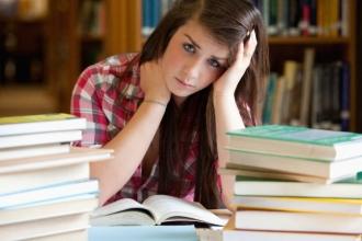 Девушка среди книг