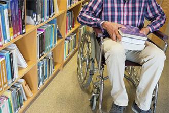 Инвалид второй группы в библиотеке вуза