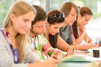Студенты подают документы в вуз