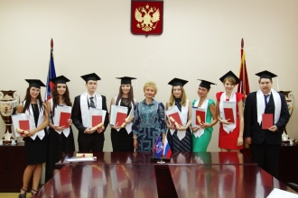 Выпускники магистратуры с преподавателем