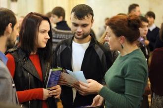 Студенты обмениваются информацией