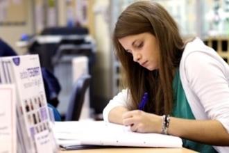 Девушка занимается в библиотеке