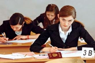 Студенты заполняют анкеты для поступления в вуз