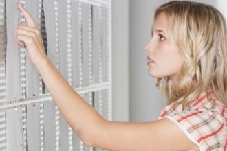 Девушка изучает результаты экзаменов