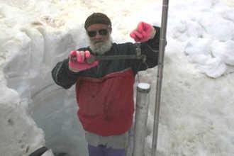 Полярник изучает ледовый покров земли