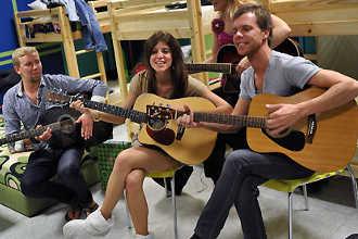 Участники телевизионного шоу поют под гитару