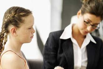 Школьный психолог занимается с учеником