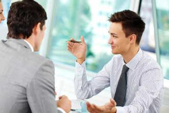 Социолог за работой общается с людьми