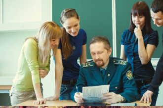 Таможенник проверяет работу студентов